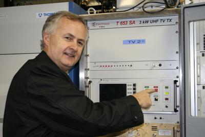 Bilde: Teknisk direktør John Inge Brattetveit slukker de analoge siganlene i Hordaland.
