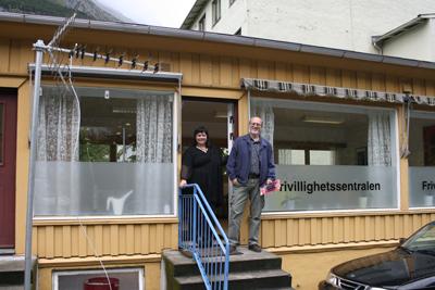 Bilde: Daglig leder Elin Myran på frivillighetssentralen i Odda og besøkende William Skar.