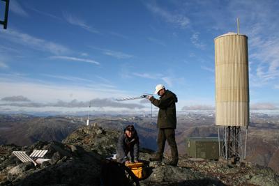 Bilde: Ayumu Ohta og Jonas Jacobsson i Norkring på måletur for å sjekke signalene til Bringa, en av satellittskyggesenderne i Lærdal.