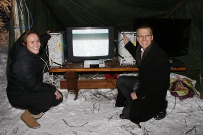 Bilde: Statssekretær Lotte Grepp Knutsen fra kulturdepartementet og Erik Lahnstein fra samferdselsdepartementet slukker de siste analoge signalene i Troms og Finnmark.